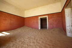 Sand fyllt rum på Kolmanskop Arkivbilder