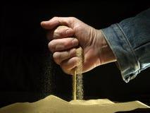 Sand gestreut von einer Faust Lizenzfreies Stockbild