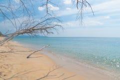 Sand, hav och waves Arkivfoto