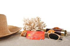 Sand mit Kreditkarte und Koralle lizenzfreie stockbilder