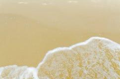 Sand mit weißem Schaumgummi stockfotografie