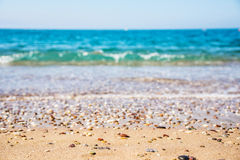 Sand-och-shingle strand och den blåa waven Royaltyfria Foton