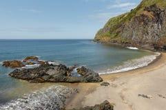Sand och stenig strand i aguaen de Pau, Azores portugal royaltyfria foton