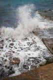 Sand och vågor i havet Arkivfoton