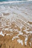 Sand och vågor i havet Royaltyfri Foto