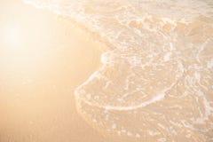 Sand och wavebakgrund Mjuk våg av turkoshavet på den sandiga stranden Naturlig sommarstrandbakgrund med kopieringsutrymme Sol, Arkivfoto