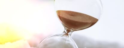 Free Sand Passes Through The Hourglass Bulbs, Measuring The Time It Takes For The Countdown To The Deadline, In The Snow With Sunlight Royalty Free Stock Photography - 170976047