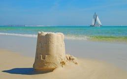 Sand-Schloss und Segelboot Lizenzfreies Stockbild