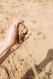 Sand som beströr från handen Fotografering för Bildbyråer