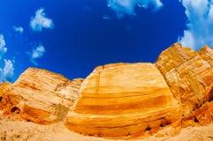 Sand som grinar berg i villebrådet i sommaren Utgrävningar, extremt lopp och afrikansk sommar royaltyfri foto