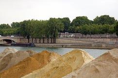 Sand som lagras på en skeppsdocka av Seinen i Paris france Royaltyfria Foton