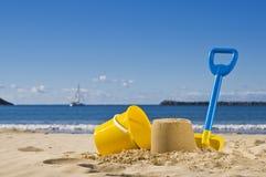 Sand, Spaten und Wanne Lizenzfreie Stockfotos