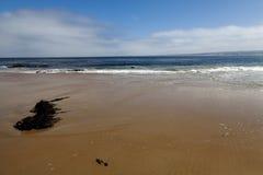 Sand-Strand-Meereswoge-Weiß bewölkt blauen Himmel Lizenzfreies Stockfoto