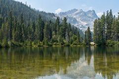 Sand-Teich und die Sierra Buttes Lizenzfreie Stockfotografie