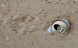 Sand und kann lizenzfreies stockfoto