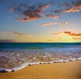 Sand und Schaumgummi Strand bei Sonnenuntergang, Lagos, Portugal lizenzfreie stockbilder
