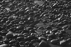 Sand und Steine im Strand in Schwarzweiss Stockfoto