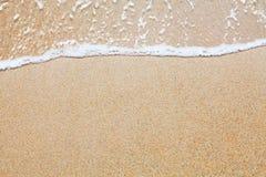 Sand und Wellenhintergrund lizenzfreie stockfotos