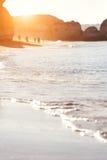 Sand und Wellenhintergrund bei Sonnenaufgang Lizenzfreie Stockfotos