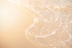 Sand und Wellenhintergrund Weiche Welle des Türkismeeres auf dem sandigen Strand Natürlicher Sommerstrandhintergrund mit Kopienra Stockfoto