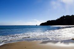 Sand-Wellen-blauer Himmel-Nord-Kalifornien-Strand Stockfotos