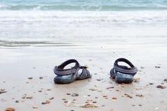 Sandały na morzu plaża Zdjęcia Royalty Free