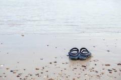 Sandały na morzu plaża Obraz Stock