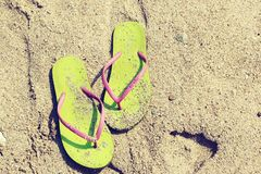 Sandały na piasku Obrazy Royalty Free