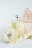 Sandaleöl in einer Flasche und in den Tüchern für Badekurort Lizenzfreie Stockfotografie