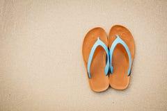 Sandale bleue de vue supérieure sur la plage avec du temps de concept de l'espace de copie de voyager Photos libres de droits