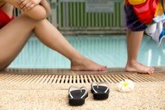 Sandale de foyer et fleur sélectionnées au bord de la piscine avec le MOIS Images stock