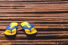Sandalen auf dem Bambusboden nachdem dem Regnen Lizenzfreies Stockbild