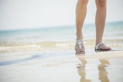 Sandalen der jungen Frauen Stockbild