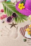 Sandalen, Hitze und Sonnenbrille auf dem Sand Sommerstrandkonzept Stockfotografie
