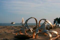 Sandalen am Strand Stockfotografie