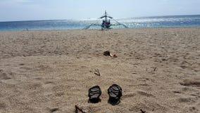 Sandalen und Boot Stockfotografie