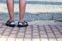 Sandalen und Socken stockfotos