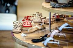 Sandaler för kvinna` s är på hyllan royaltyfria bilder