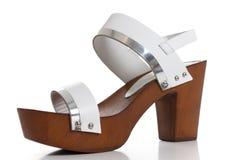 Sandaler för vitt läder för kvinna, kvinnors neutrala sandaler för mockaskinnkil Royaltyfri Bild