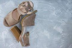 Sandaler f?r beiga f?r kvinna` s Sommarskodon Ljus bakgrund Bakgrund under betongen Utrymme f?r text royaltyfri fotografi