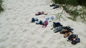 Sandaler på stranden på flintön, North Carolina, USA Arkivbild