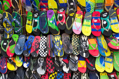 Sandaler som är till salu nära den nya marknaden, Kolkata, Indien royaltyfri fotografi