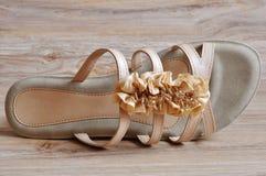 Talons de sandales beiges de dames bas Photographie stock
