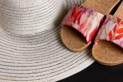 Sandales blanches de Straw Hat et de plage image stock