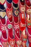 Sandales colorées de chaussures de dames à vendre sur le marché, chaussures image libre de droits