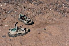 Sandales dans le sable Photo libre de droits
