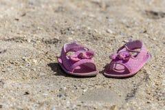 Sandales de bébé sur la plage Images libres de droits
