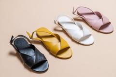 sandales de cuir de femelle et de femme avec la chaussure à talon découvert images libres de droits