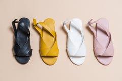 sandales de cuir de femelle et de femme avec la chaussure à talon découvert photos stock