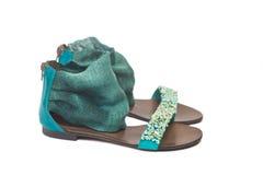 Sandales de plage sur un fond blanc Photos stock